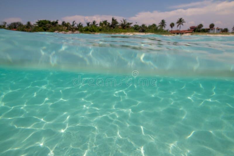 Zadziwiająca piaskowata plaża przeciw bezchmurnemu niebu obraz royalty free