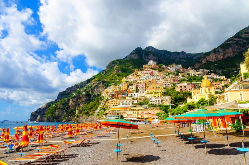 Zadziwiająca plaża w Positano na Amalfi wybrzeżu, Campania, Włochy fotografia stock