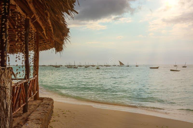 Zadziwiająca plaża z Kilka łodziami rybackimi obrazy royalty free