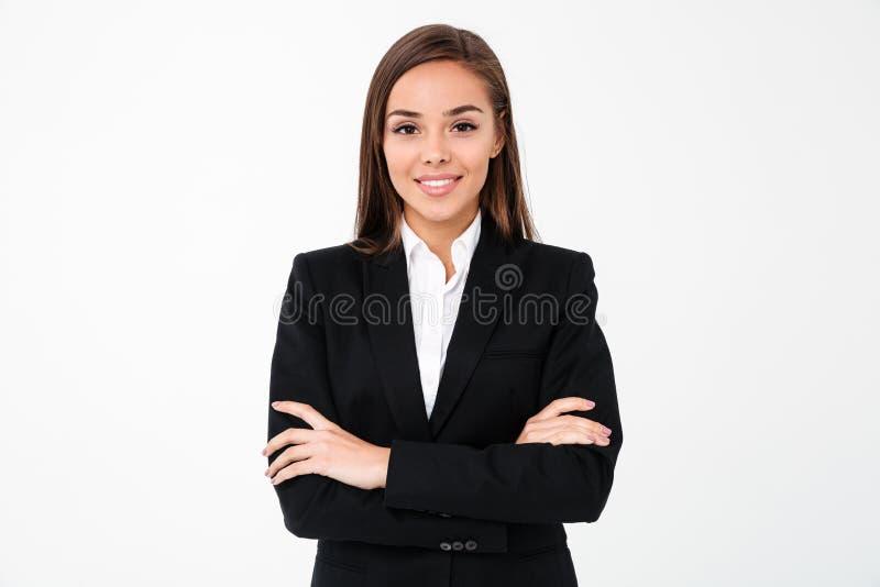 Zadziwiająca rozochocona biznesowej kobiety pozycja z rękami krzyżować fotografia royalty free
