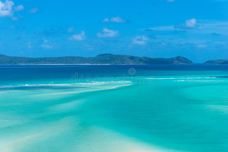 Zadziwiająca tropikalna laguna z turkusową błękitne wody i górami zdjęcie royalty free