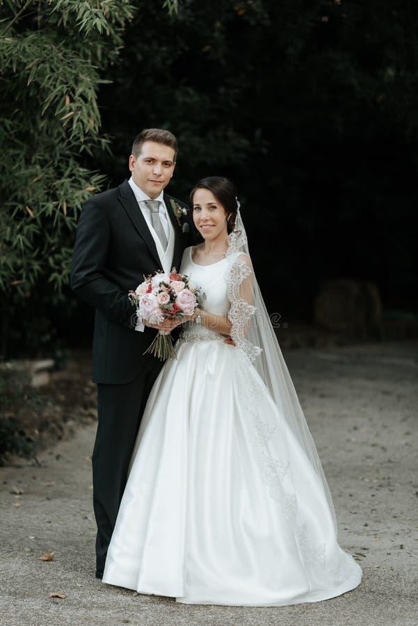 Zadziwiająca uśmiechnięta klasyczna ślub para Ładna panna młoda i elegancki fornal w dzień ślubu obrazy stock