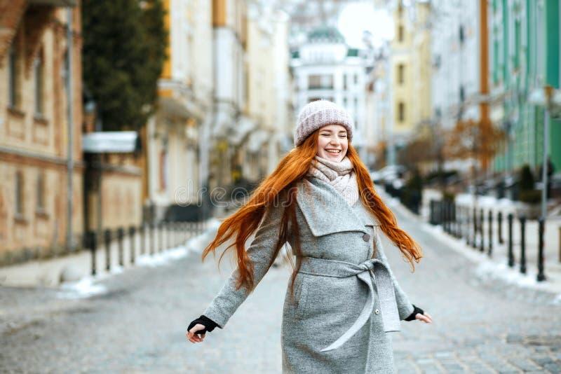 Zadziwiająca uśmiechnięta rudzielec dziewczyna jest ubranym eleganckiego zima stroju walka obrazy royalty free