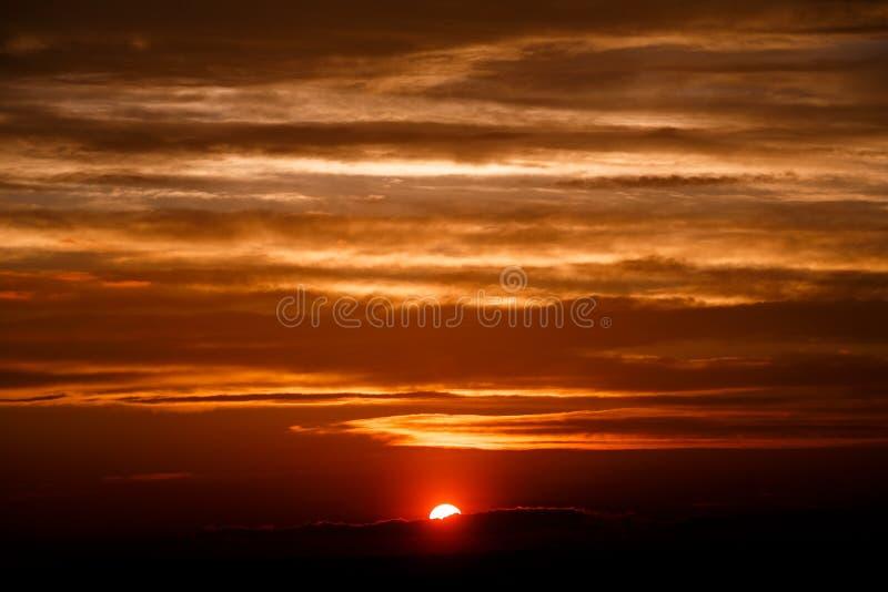 Zadziwiająca zmierzch tapeta piękny czerwony zmierzch i chmury w ora obrazy royalty free
