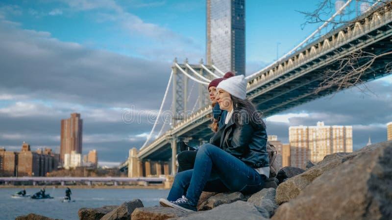 Zadziwiająca zwiedzająca wycieczka Nowy Jork relaksuje przy Manhattan mostem obrazy royalty free