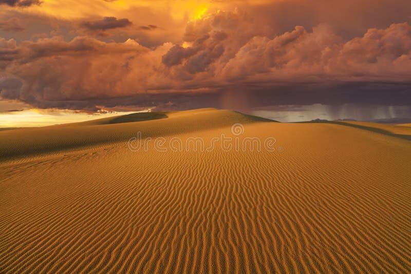 Zadziwiające ogniste podeszczowe chmury nad Gobi pustynią fotografia royalty free