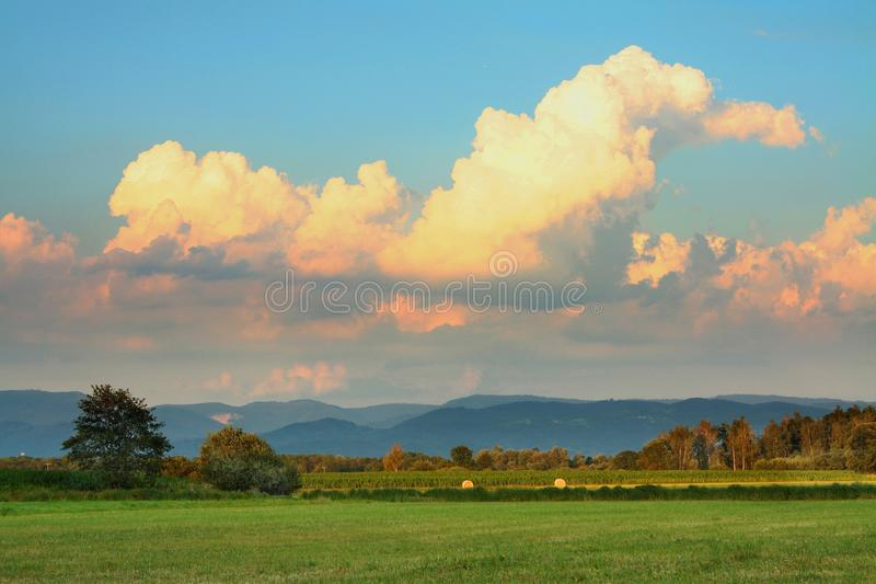 Zadziwiające pomarańcz chmury obraz stock