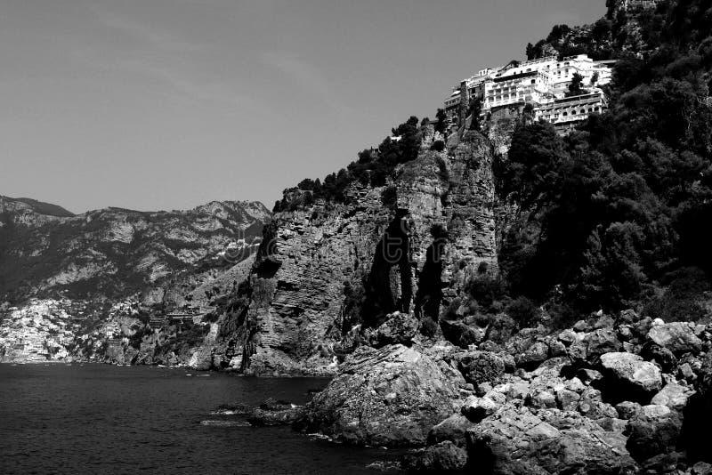 Zadziwiającego krajobrazu - Czarny I Biały wybrzeże plaża Amalfi fotografia stock