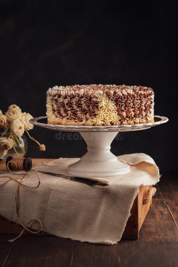 Zadziwiającego rocznika czekoladowy tort na nieociosanym ciemnym tle kosmos kopii świętowania pojęcia odosobniony biel fotografia royalty free
