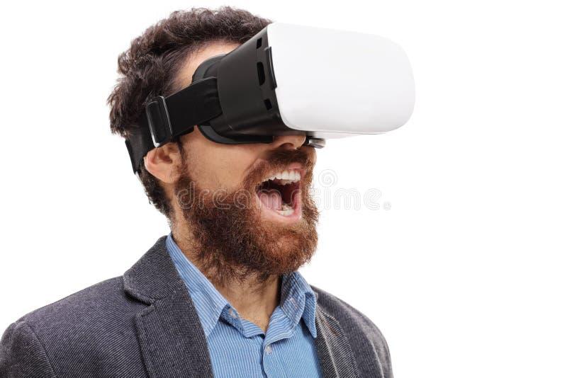 Zadziwiający brodaty mężczyzna jest ubranym rzeczywistość wirtualna gogle zdjęcia stock