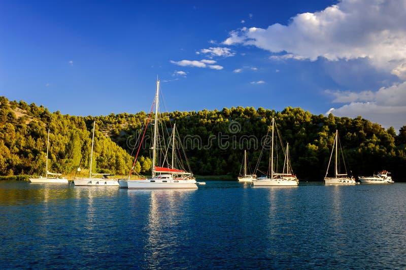 Zadziwiający dok blisko Sibenik miasta Chorwacja Północna część Dalm obrazy royalty free
