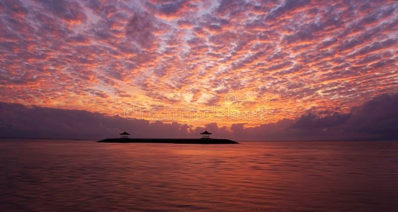 Zadziwiający dramatyczny wschód słońca nieba widok Plażowa natura krajobrazu sceneria z pięknym kolorowym ranku niebem wschodu s? zdjęcia stock