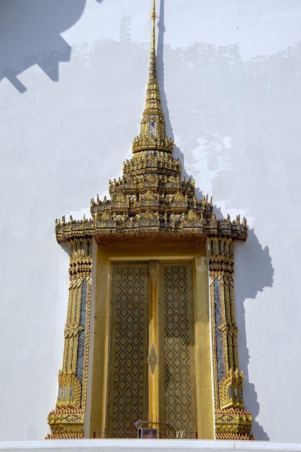Zadziwiający drzwi na Hall dla relikwii książe i Princesses, świątynia Szmaragdowy Buddha zdjęcia stock