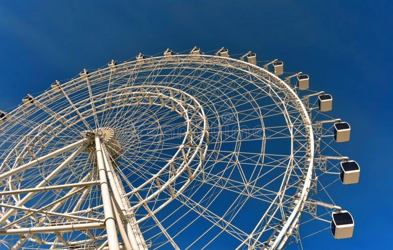 Zadziwiający duży koło na niebieskiego nieba backround w zawody międzynarodowi przejażdżce, obrazy stock