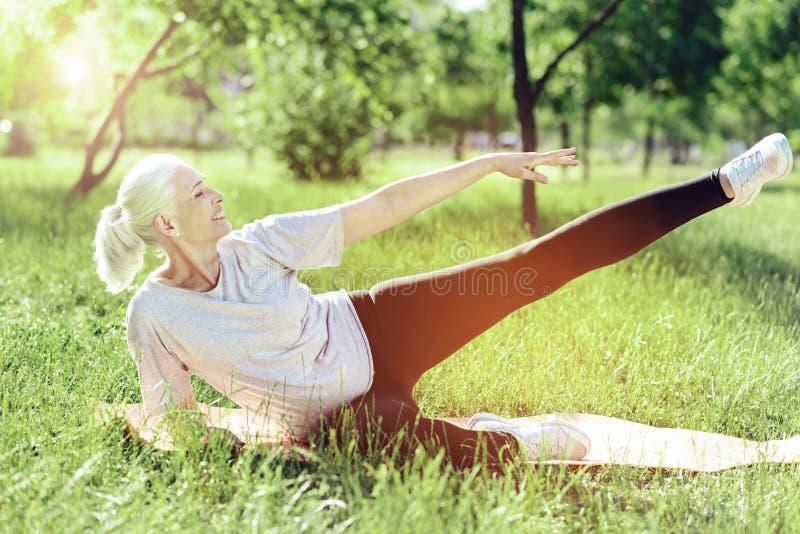 Zadziwiający emeryt próbuje utrzymywać napad zdjęcie stock