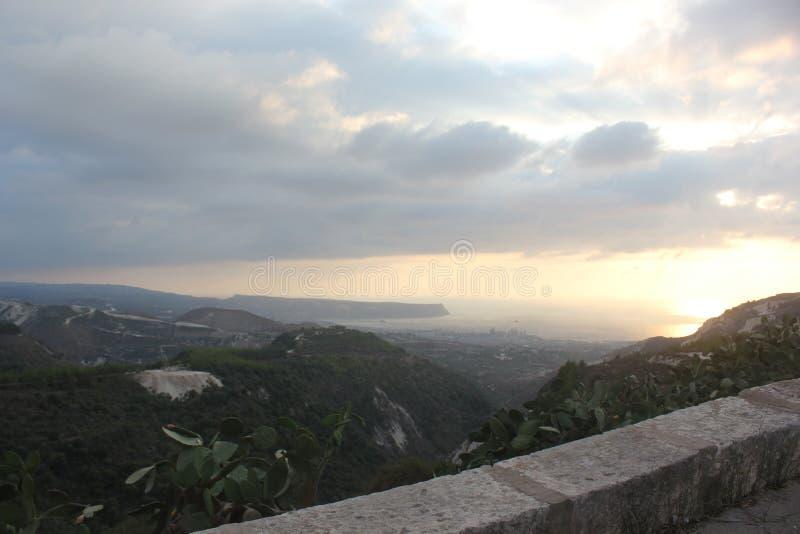 Zadziwiający i piękny denny widok Koura city/północ Liban wysokiej góry i zmierzchu obrazy stock