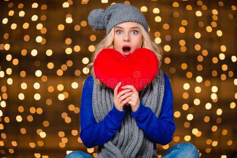 Zadziwiający kobiety mienia czerwieni serce obrazy stock