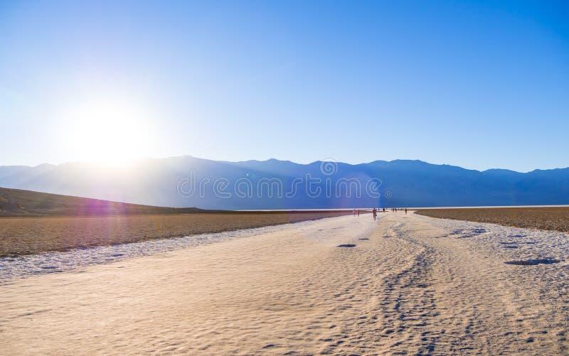 Zadziwiający krajobraz Śmiertelny Dolinny parka narodowego Badwater słone jezioro obraz stock