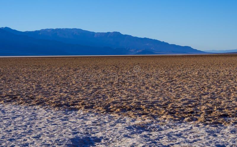 Zadziwiający krajobraz Śmiertelny Dolinny parka narodowego Badwater słone jezioro zdjęcia stock