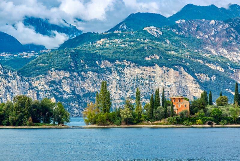 Zadziwiający krajobraz Jeziorny Garda z małym domem, threes i górą, obrazy royalty free