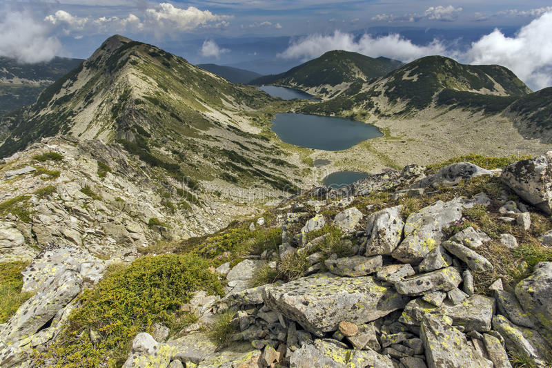 Zadziwiający krajobraz Kremenski jeziora od Dzhano szczytu, Pirin góra fotografia stock