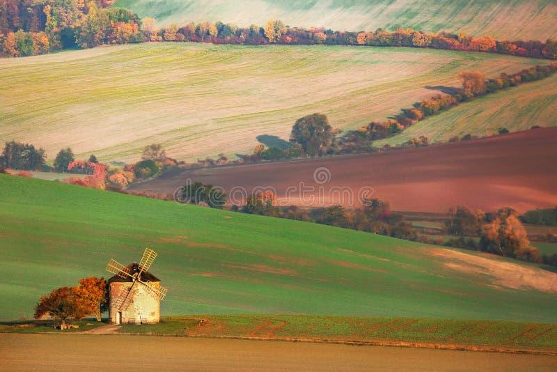 Zadziwiający krajobraz moravian pola z starym wiatraczkiem w południowym Moravia, republika czech zdjęcia royalty free
