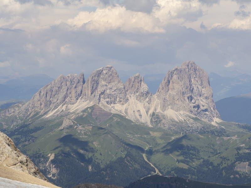 Zadziwiający krajobraz przy dolomitami w Włochy Widok przy Langkofel Sassolungo grupą od Marmolada szczytu zdjęcia stock