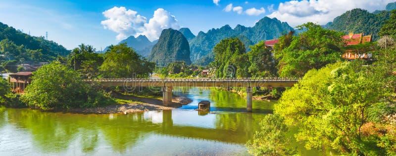 Zadziwiający krajobraz rzeka wśród gór Laos panorama obrazy stock