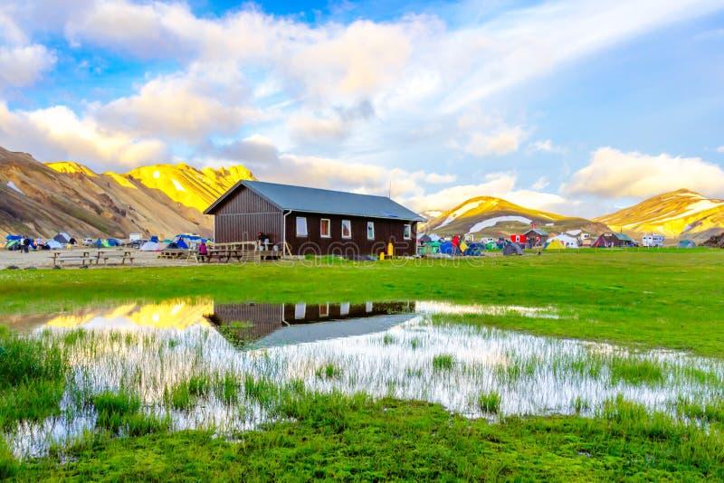 Zadziwiający krajobraz w Iceland z górami i geotermicznymi gorącymi wiosnami Landmannalaugar campsite teren Fjallabak rezerwat pr obrazy stock