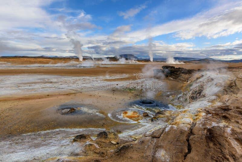 Zadziwiający krajobraz w północy Iceland blisko Jeziornego Myvatn Panoramiczny widok w myvatn geotermicznym terenie Piękny krajob fotografia royalty free
