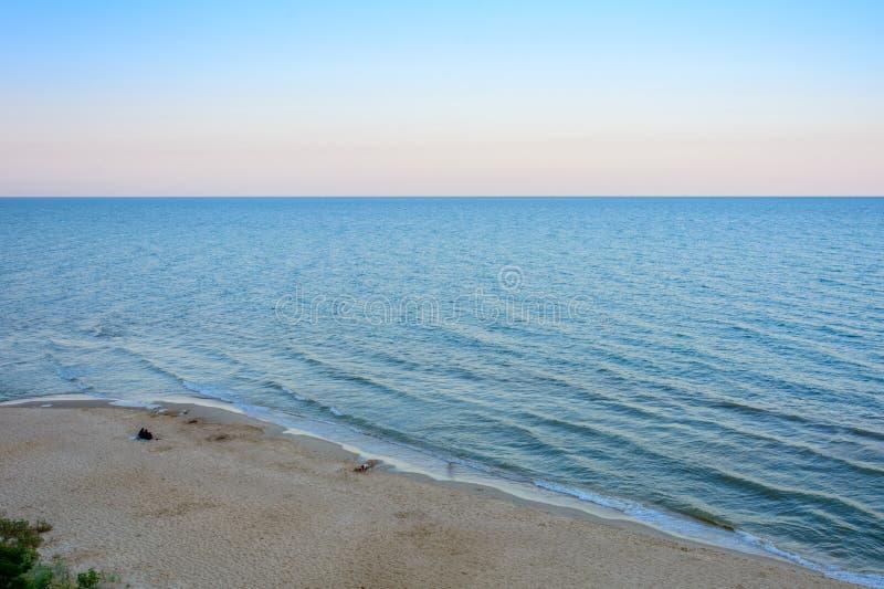 Zadziwiający krajobraz wieczór czerni morze z wspaniałymi fala obraz stock
