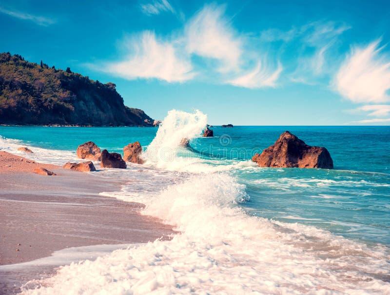 Zadziwiający magiczny krajobraz z burzą macha na Avali plaży w Lefkada, Grecja popularny turystyczny atraction obrazy stock