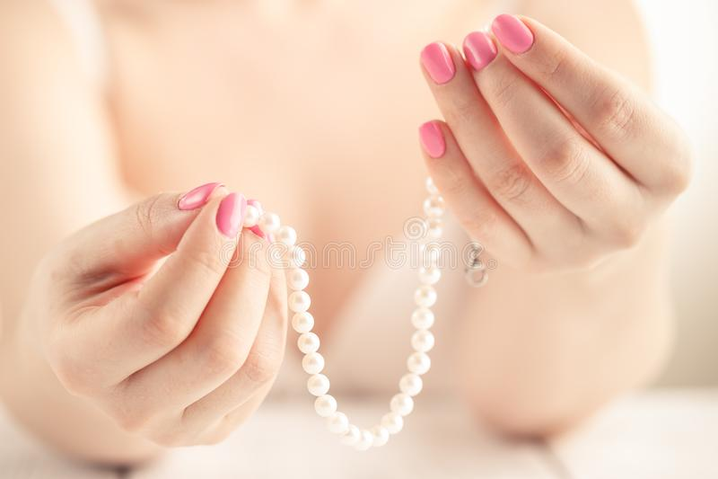 Zadziwiający manicure i naturalni gwoździe z gel polerujemy Atrakcyjny nowożytny gwóźdź sztuki projekt obrazy stock