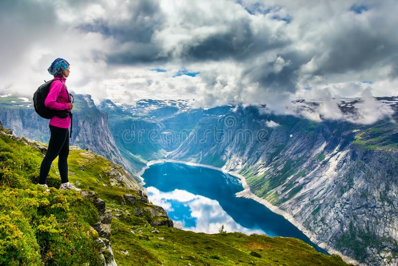Zadziwiający natura widok na sposobie Trolltunga Lokacja: Scandina obrazy stock