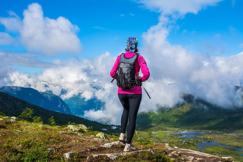 Zadziwiający natura widok na sposobie Trolltunga Lokacja: Scandina zdjęcia stock