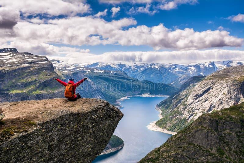 Zadziwiający natura widok na sposobie Trolltunga Lokacja: Scandina zdjęcie royalty free