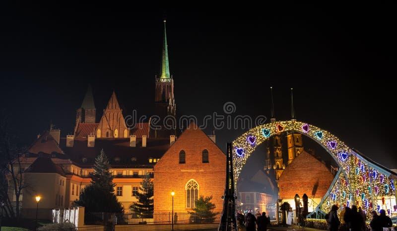Zadziwiający noc widok na pięknym iluminującym Tumski moście i katedrze St John baptysta Wrocławski zdjęcie royalty free