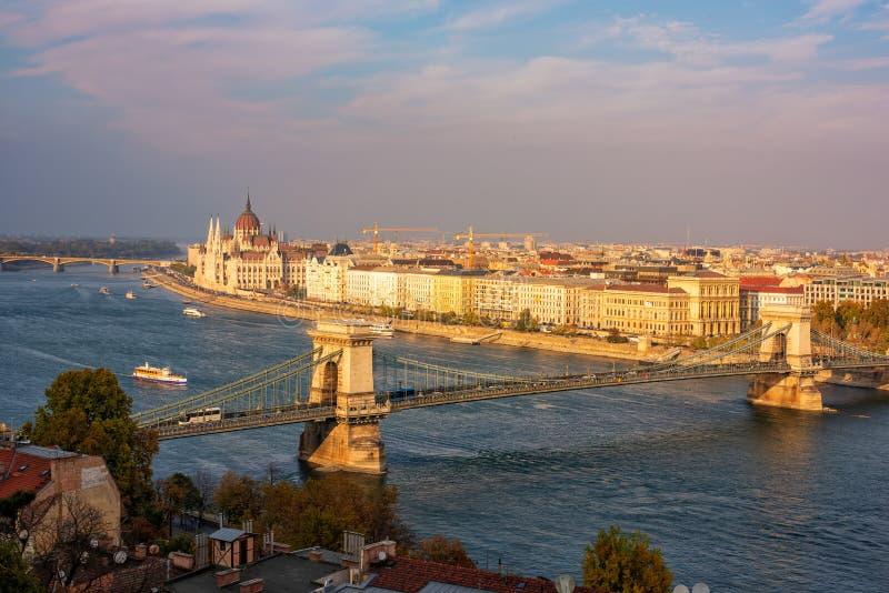 Zadziwiający panoramiczny widok Budapest od Grodowego wzgórza z Danube rzeką, Łańcuszkowym mostem i parlamentem przy zmierzchem,  zdjęcie royalty free
