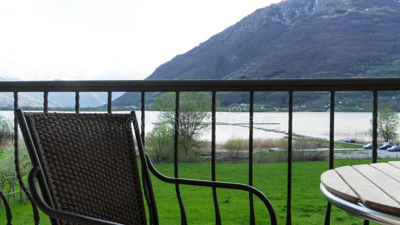 Zadziwiaj?cy pi?kny krajobraz lato denny widok od butika balkonowego hotelu, przedstawienie beach&-x27; s krzes?o i drewniany st? fotografia stock