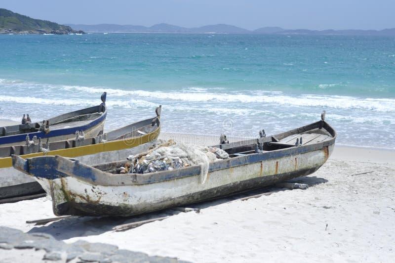 Zadziwiający plażowy ocean z łodziami obraz royalty free