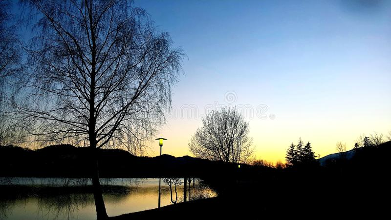 Zadziwiający podpis zmierzch nad jeziorem zdjęcie royalty free