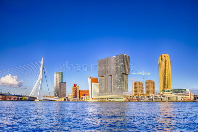 Zadziwiający Pogodny pejzażu miejskiego widok Rotterdam schronienie i port przed Erasmusbrug fotografia stock