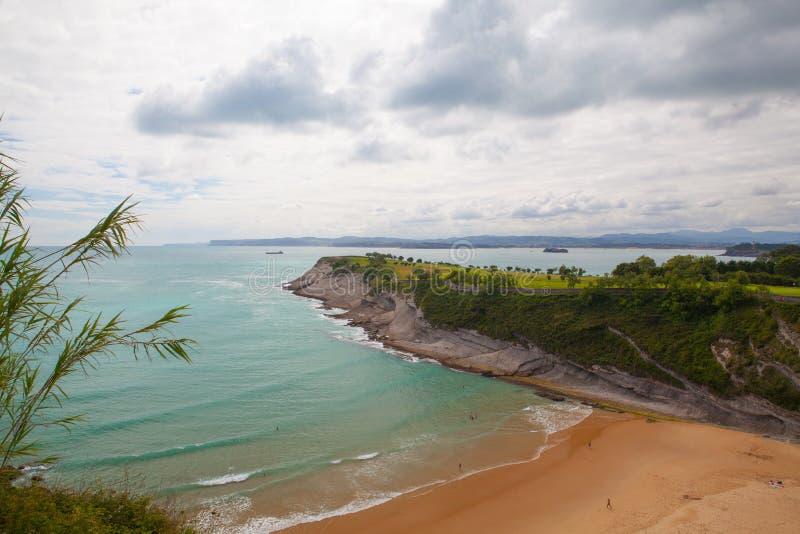 Zadziwiający pole golfowe na dramatycznym wybrzeżu, Santander, Hiszpania obrazy royalty free