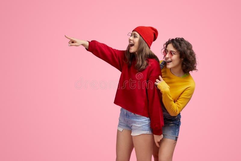 Zadziwiający przyjaciele patrzeje odległość zdjęcia royalty free