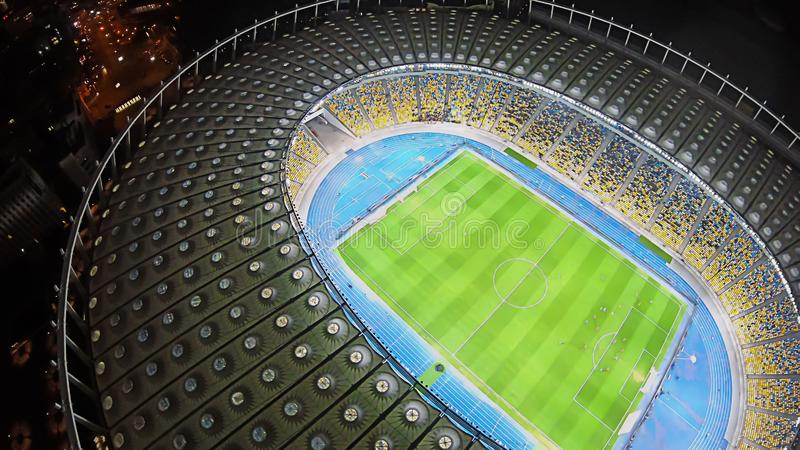 Zadziwiający stadium piłkarski, rozjarzona noc zaświeca, widok z lotu ptaka, wydarzenie sportowe budynek obraz royalty free