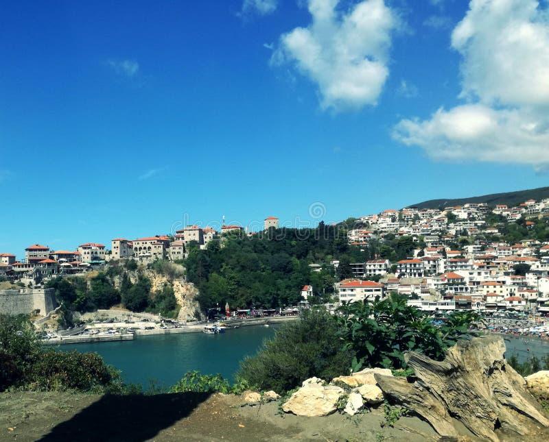Zadziwiający stary miasta ulcinj Montenegro Europe, adiatic morze i niebieskie niebo z chmurami, zdjęcia stock