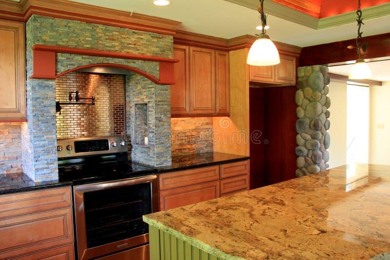 Zadziwiający szczegół w craftsmanship i projekcie luksusowa kuchnia dom zdjęcie royalty free