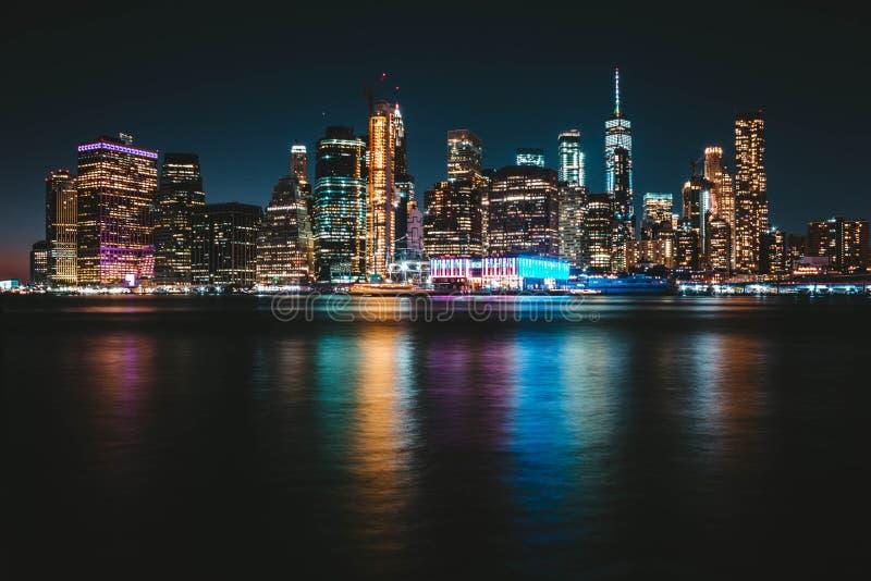 Zadziwiający szeroki strzał Manhattan wyspa od daleko z kolorowym odbiciem w rzece fotografia stock