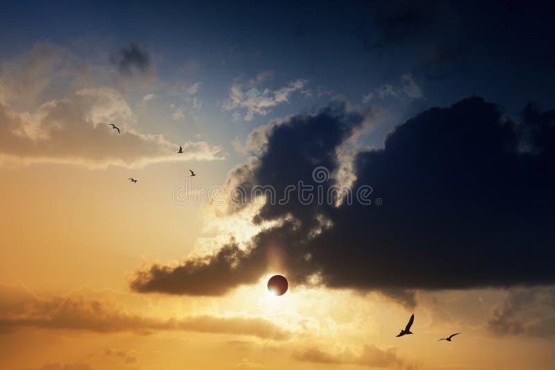 Zadziwiający tajemniczy naturalny zjawisko - sumaryczny słoneczny zaćmienie zdjęcia stock