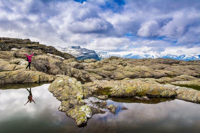 Zadziwiający widok blisko Trolltunga Lokacja: Skandynawskie góry, obrazy stock